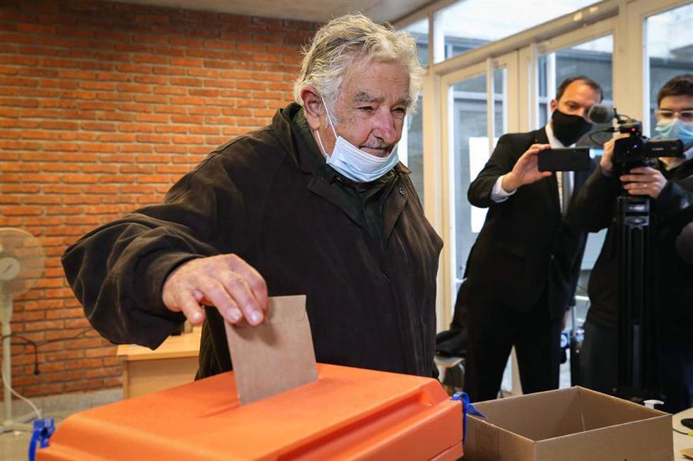 El expresidente y senador uruguayo José Mujica vota, este domingo, durante el desarrollo de las elecciones departamentales, en Montevideo. (Foto: EFE/Raúl Martínez)