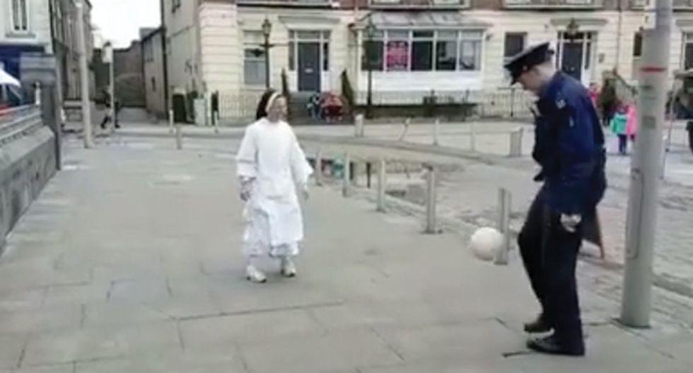 Mira cómo una monja y un policía dominan el balón de fútbol en este divertido video.