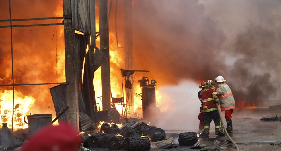 Fábrica de plásticos que se incendia en Huachipa funcionaba de manera clandestina. (Fotos: José Rojas Bashe)