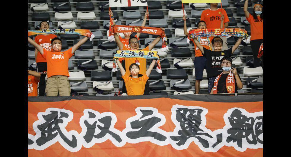 Decenas de hinchas de Wuhan Zall presenciaron su primer partido tras inicio de la pandemia. (Foto: AFP)