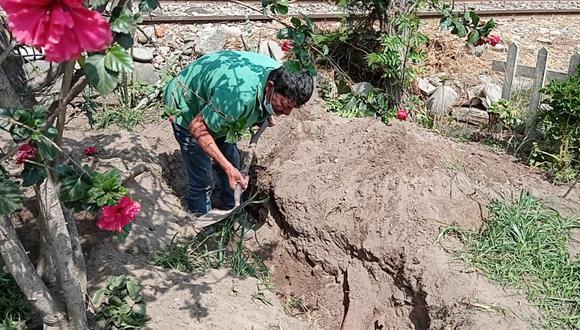 Familia desesperada excavó frente a su vivienda para enterrar a su pariente.