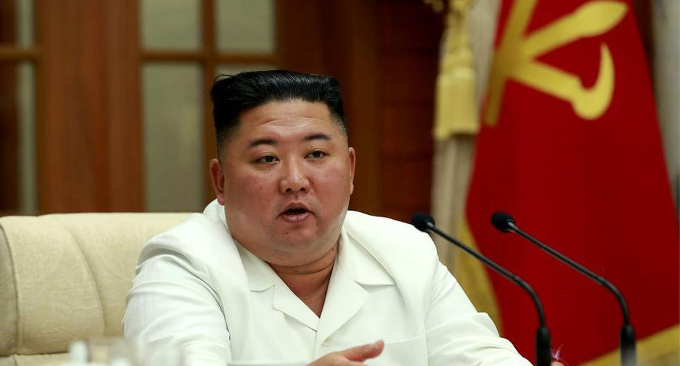 En esta imagen tomada el 25 de agosto de 2020 y publicada por la Agencia Central de Noticias de Corea (KCNA) de Corea del Norte el 26 de agosto de 2020, Kim Jong-un habla durante una reunión del buró político. (AFP).