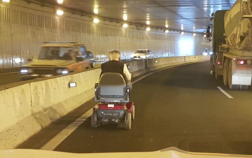 FOTO 1 DE 3 | El hombre, de 88 años, se dirigía a su casa y aprovechó un paso de peatones cercano al lugar para, en vez de cruzar la vía, ingresar al túnel con su silla de ruedas motorizada que apenas puede alcanzar los ocho kilómetros por hora. | Foto: @CarreterasGC | Twitter (Desliza a la izquierda para ver más fotos)