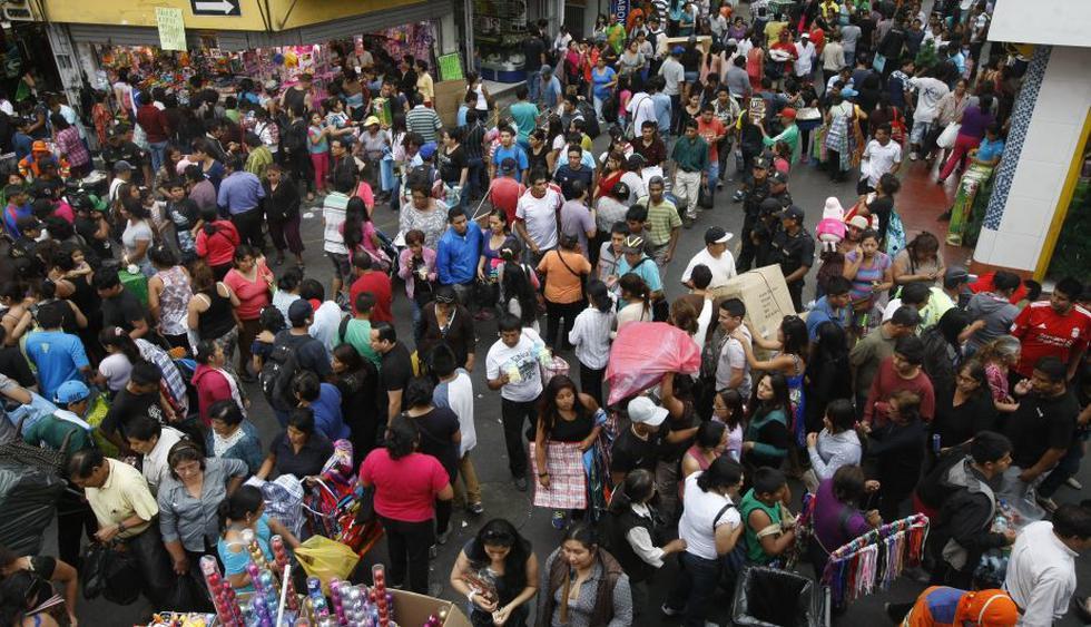 Peligro latente. Cientos de personas abarrotan la zona comercial y dificultan el tránsito. (Roberto Cáceres)