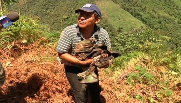 DOLOR DE PADRE. Dionisio Vilca tuvo la penosa tarea de recoger los restos de su hijo en Alto Lagunas. (Imagen de TV)