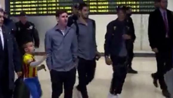 Messi reaccionó asi ante un niño en el aeropuerto (Captura)
