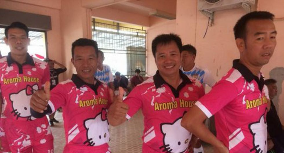 El equipo de fútbol tenía a Hello Kitty en el pecho. (Facebook @ThaiFutbol)