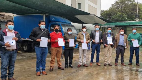 Estrategia. Legislador de Perú Libre posa al lado de alcaldes que cargan padrones para recolectar firmas. (Facebook: Guillermo Bermejo)