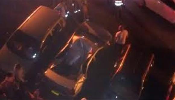 Así quedó el automóvil tras la caída del joven. (Caracol)