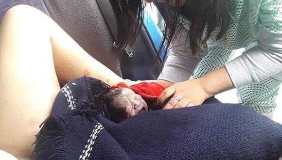 Fiscal atendió el parto de la mujer en el interior de la combi en la que viajaban (Facebook)