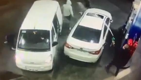 Hombre evita robo bañando de gasolina a los ladrones. (Foto: @Osvaldo04110700 / Twitter)