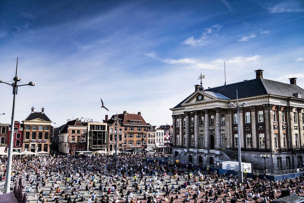 Manifestantes durante una sentada en el Grote Markt en Groningen, Países Bajos. Varias organizaciones de la sociedad civil protestan contra la violencia contra los negros en los Estados Unidos y la muerte de George Floyd, de 46 años, mientras estaba bajo custodia policial. (EFE/SIESE VEENSTRA).
