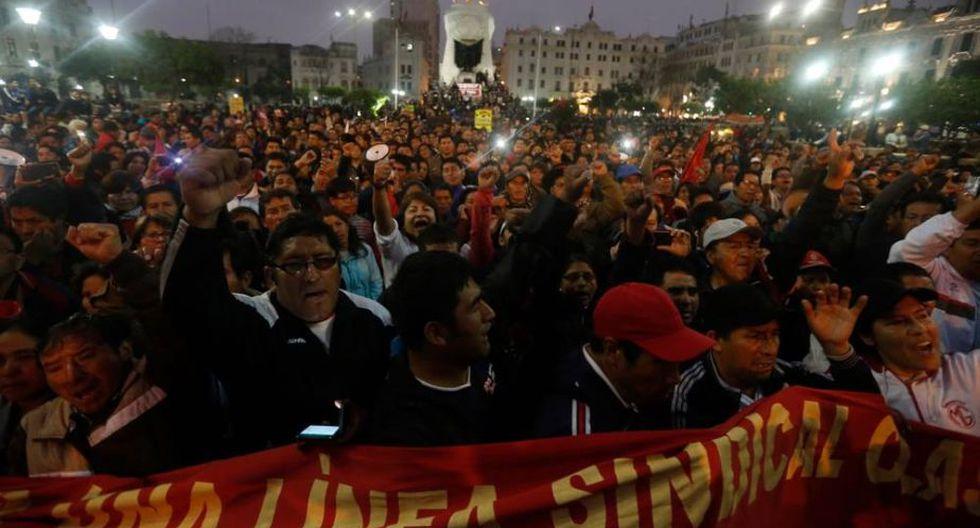 Cientos de profesores se congregaron en la plaza San Martín. (Cesar Campos)