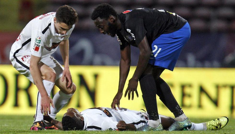 Denuncian negligencia en atención a jugador del Dínamo de Bucarest Patrick Ekeng tras desplomarse en la cancha. (EFE)
