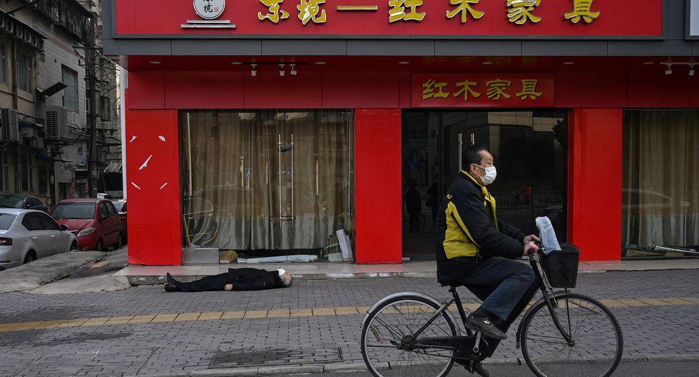 Hombre muerto tendido en el suelo en China (Foto: AFP/Héctor Retamal)