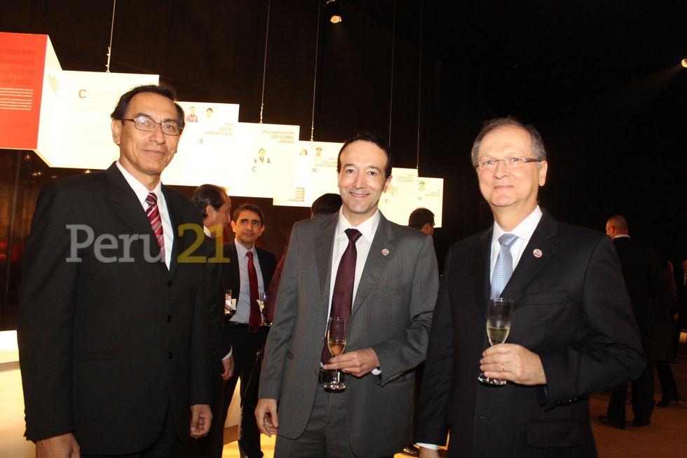 Vizcarra posa con Luiz César Costa, director de inversiones de Odebrecht en octubre de 2014.