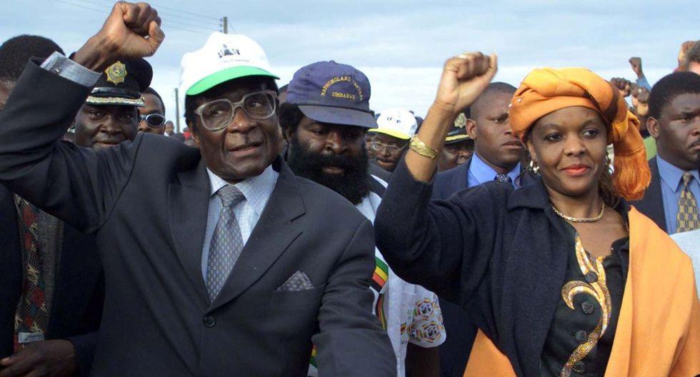 21 de junio de 2000. El presidente de Zimbabue, Robert Mugabe, llega con su esposa Grace para un mitin electoral en Madziwa, un pueblo al norte de Harare. (Foto: Reuters)