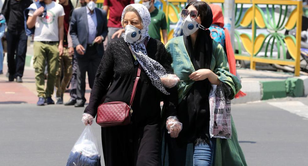 Imagen referencial. Mujeres iraníes con máscaras protectoras en medio de la nueva pandemia del coronavirus, cruzan una calle en la capital, Teherán, el 9 de mayo de 2020. (ATTA KENARE / AFP).