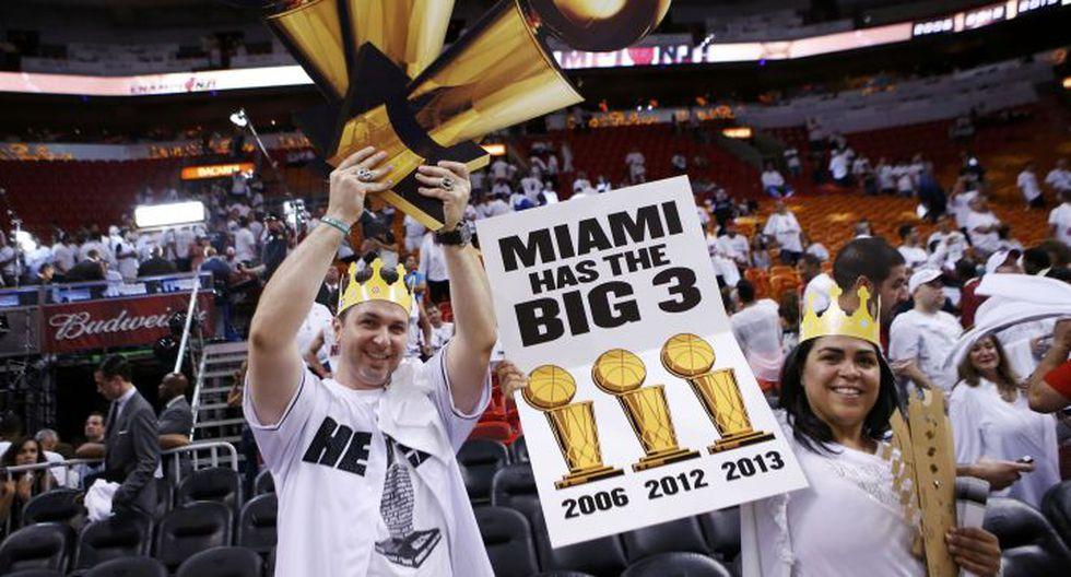 El público también puso color a la celebración del título. (Reuters)