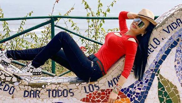 Maribel Guardia publicó una fotografía en la que posó desnuda, con sus partes íntimas cubiertas con unos triángulos de papel. (Foto: Instagram/Maribel Guardia)