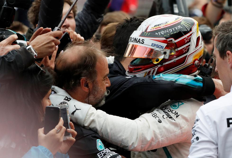 Kimi Räikkönen (Ferrari) y Sergio 'Checo' Pérez (Force India), respectivamente, completaron el podio de la prueba. (REUTERS)