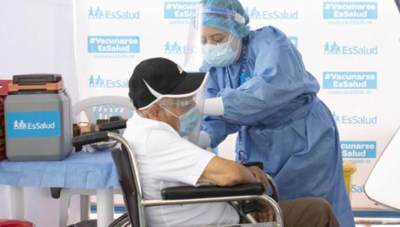 La aplicación de dosis a los adultos mayores asegurados se realizará en los propios domicilios y en algunos casos tendrán que acercarse a vacunatorios. (Foto: Andina)