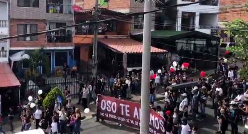 Una multitud despidió a un líder criminal fallecido en Colombia, en plena cuarentena por el coronavirus. (Foto: Captura de video)
