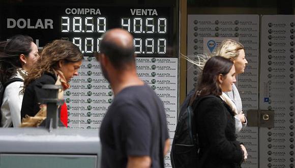 El valor delpeso argentino acumula una caída de 50% en lo que va del año. (Foto: EFE)
