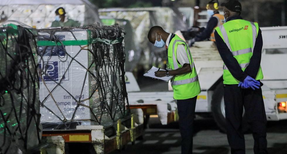 Funcionarios del aeropuerto de Kenia registran parte del primer lote de vacunas de COVAX en Nairobi, el 3 de marzo de 2021. (EFE/EPA/Daniel Irungu).