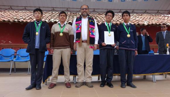 Los ganadores fueron premiados por el ministro de Educación, Daniel Alfaro, en una ceremonia desarrollada en Huancavelica. (Foto: Difusión)