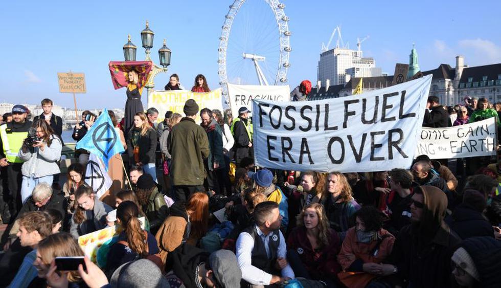 Manifestantes contra el cambio climático bloquean cinco puentes de Londres. (Foto: EFE)