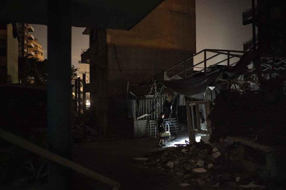 """Kamal Khatib, de """"Animales Líbano"""", lleva una jaula con dos gatitos rescatados entre los escombros en Beirut. (AP/Felipe Dana)."""