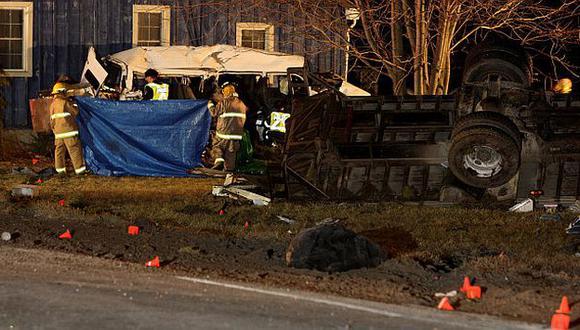 El choque se produjo cuando una camioneta se pasó la luz roja e impactó con un camión. (The Canadian Press)