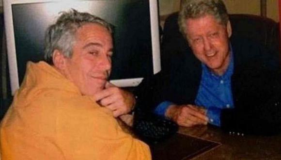 El pederasta y el expresidente Clinton en una foto del documental 'Jeffrey Epstein: Asquerosamente rico'