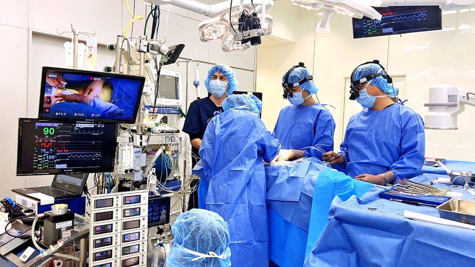 El equipo de médico de la clínica cardiológica JASMINE en Tokio recibió a Nicolás.