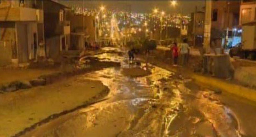 Vecinos de la II Etapa del AA.HH 'La Encantada' fueron los afectados tras desprendimiento de un tapón de tubería de agua potable. (Captura. América Noticias)