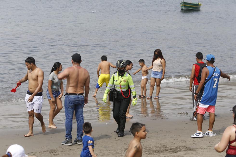 Un grupo de personas ingresó a la orilla y al mar en el terminal pesquero de Chorrillos, pese a que actualmente existe una restricción en el ingreso hasta el 17 de enero con la finalidad de prevenir contagios de COVID-19. (Fotos: Violeta Ayasta / @photo.gec)