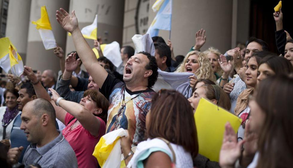 Argentinos se aglutinaron con júbilo en iglesias para celebrar el inesperado anuncio de que su compatriota se convirtió en el primer Papa latinoamericano. (AP)
