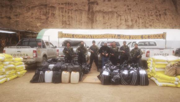 Ayacucho: los efectivos hallaron un fusil Galil 5.56 mm, 658 galones de acetona, 139 sacos de 25 kilos cada uno de cloruro de calcio y otros 4.133 kilos de insumos químicos. (Foto: CCFFAA)