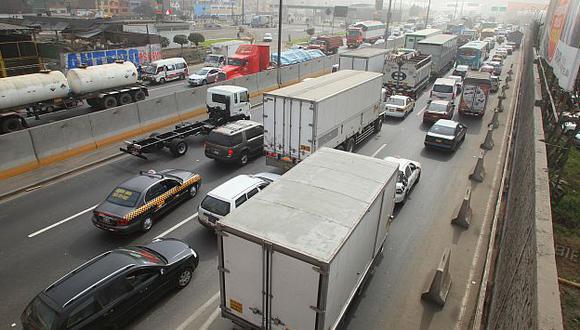 Repentino cierre. Intenso tráfico vehicular se apoderó de todo el distrito, lo que generó malestar. (USI)
