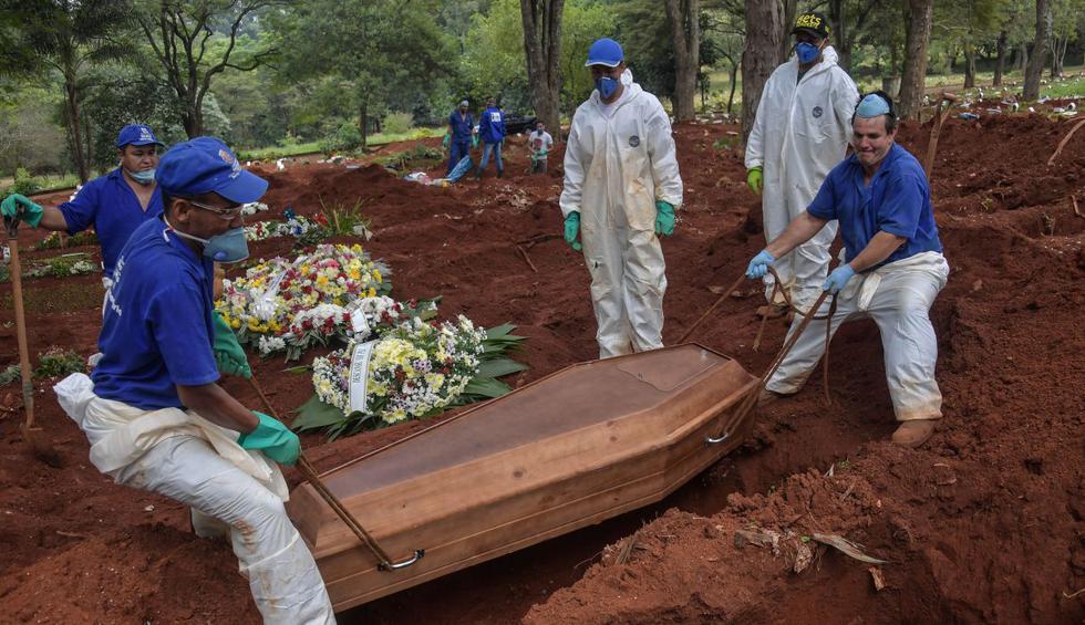 La curva de casos del coronavirus aún está a semanas de su ápice en Brasil, pero su letalidad y la demora en los diagnósticos ya ponen bajo presión al mayor cementerio de Sao Paulo y de América Latina, con entierros express y velorios sin abrazos. (NELSON ALMEIDA / AFP).