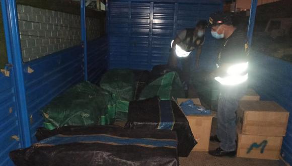 Pucusana: Agentes de la Policía Fiscal y de Aduanas incautaron en un camión de matrícula boliviana más de 300 mil cigarrillos de contrabando. (Foto PNP)