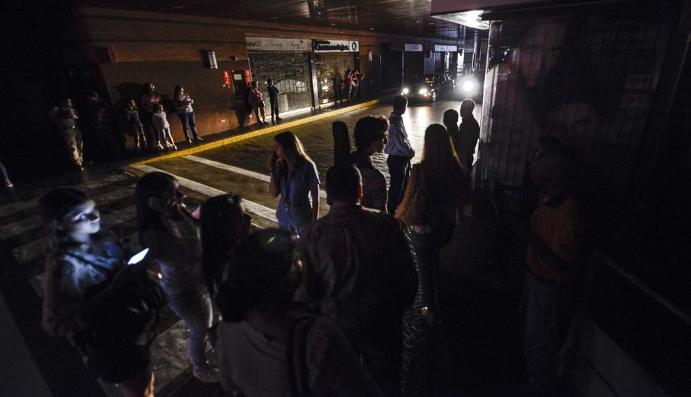 Un nuevo apagón afectaba el lunes a Venezuela. Caracas y otras ciudades del país quedaron a oscuras por el corte de energía eléctrica. (Foto:AFP)