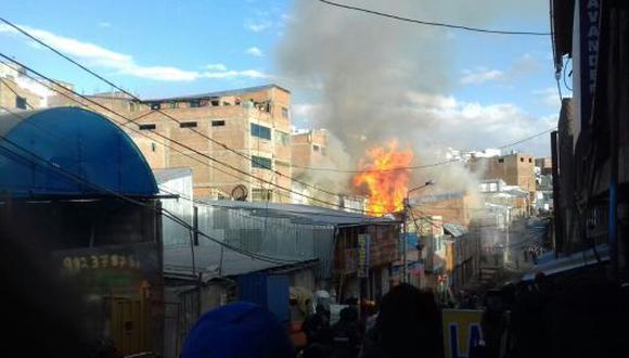 Bomberos tardaron cuatro horas en sofocar las llamas de incendio. (Jimmy Valencia)
