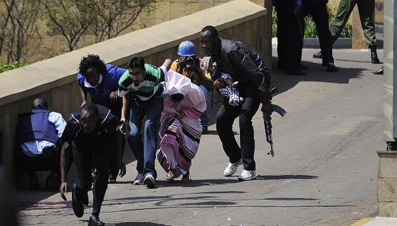 Fuerzas de seguridad ponen a buen recaudo a compradores. (AFP)