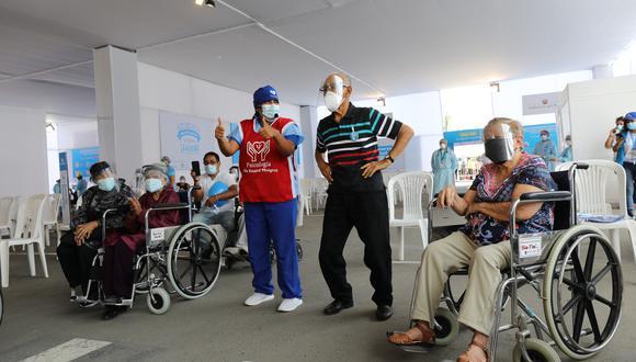 COVID19: Para cumplir con el objetivo, Essalud habilitó diversos centros de vacunación, peatonales y autovacunatorios, en Lima y Callao. (Foto: Essalud)
