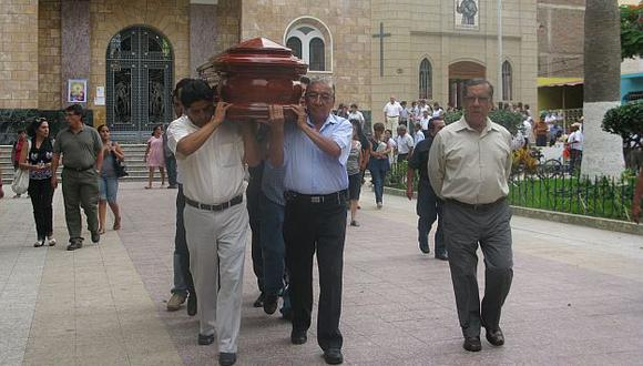 Familiares cargaron ataúd de Castro Acuña hasta camposanto piurano Parque del Recuerdo. (César Fajardo)