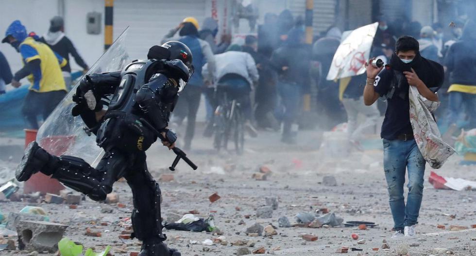 Integrantes del Escuadrón Móvil Antidisturbios (ESMAD) y manifestantes se enfrentan durante una jornada de protestas en el sector de Usme, sur de Bogotá, Colombia. (EFE/ Mauricio Dueñas Castañeda).