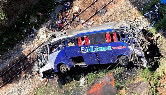 Foto de un folleto facilitado por el equipo de Bomberos de Minas Gerais que muestra un autobús que se estrelló en Joao Monlevade, Brasil. (EFE/Bomberos de Minas Gerais).