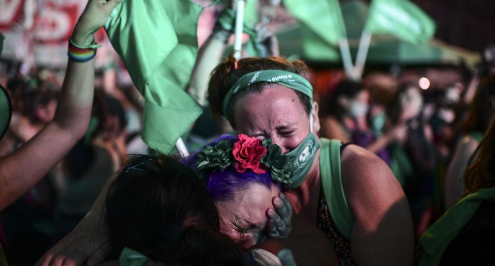 Activistas pro aborto celebran después de que el Senado de Argentina aprobara un proyecto de ley para legalizar la interrupción del embarazo. (Foto de RONALDO SCHEMIDT / AFP).